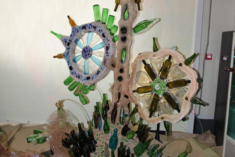 Инсталляции из стеклянных бутылок