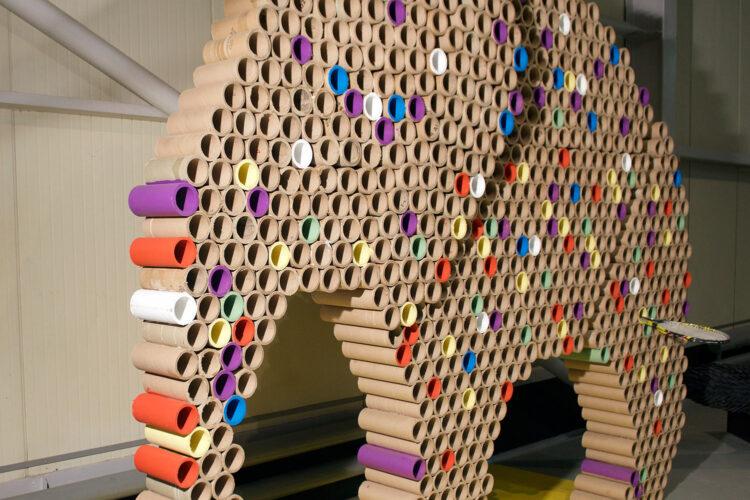 «Втулковый слоник», сделанный из картонных втулок от рулонов офисной бумаги.