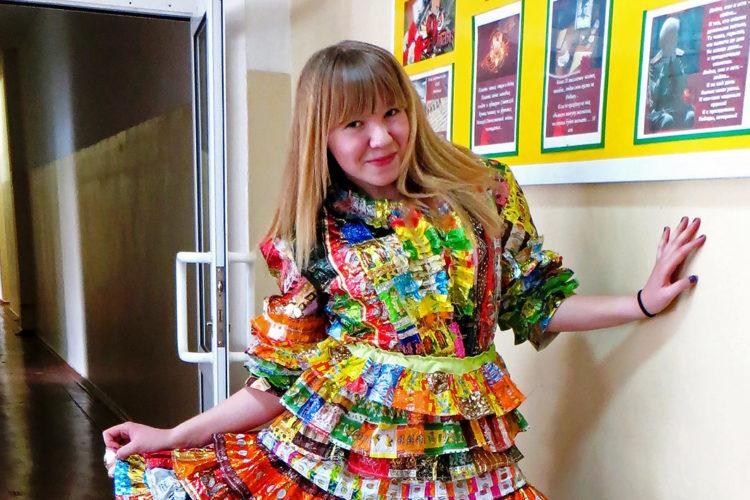 Радостное платье из фантиков