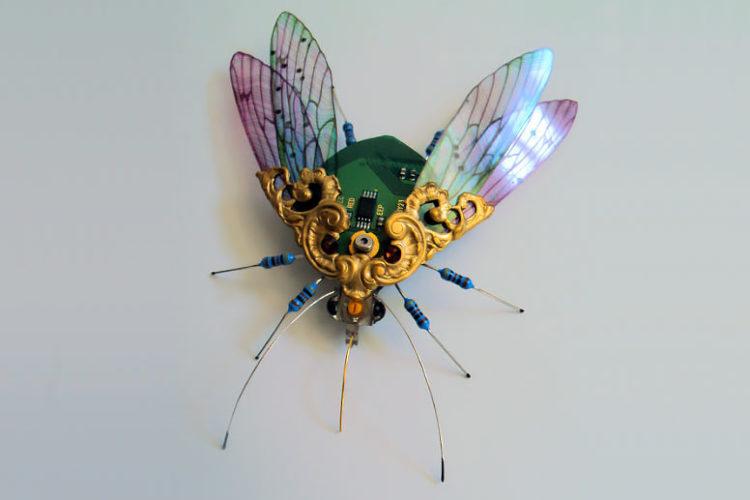 Невероятно реалистичные насекомые из электронных плат, транзисторов и проволоки