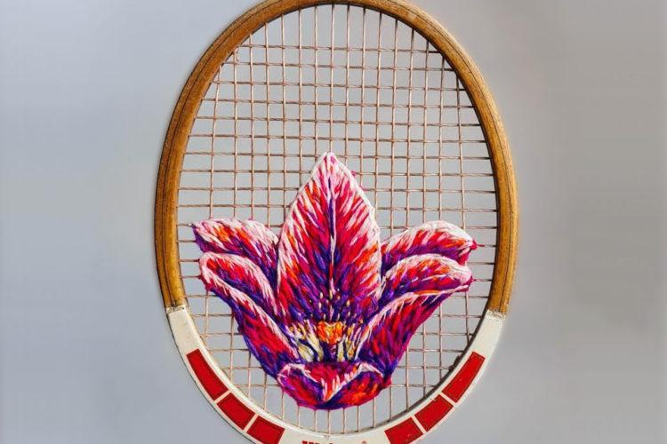 Старая теннисная ракетка, украшенная искусной вышивкой