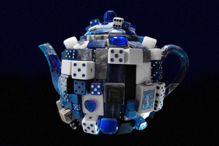Обильно декорированный заварочный чайник