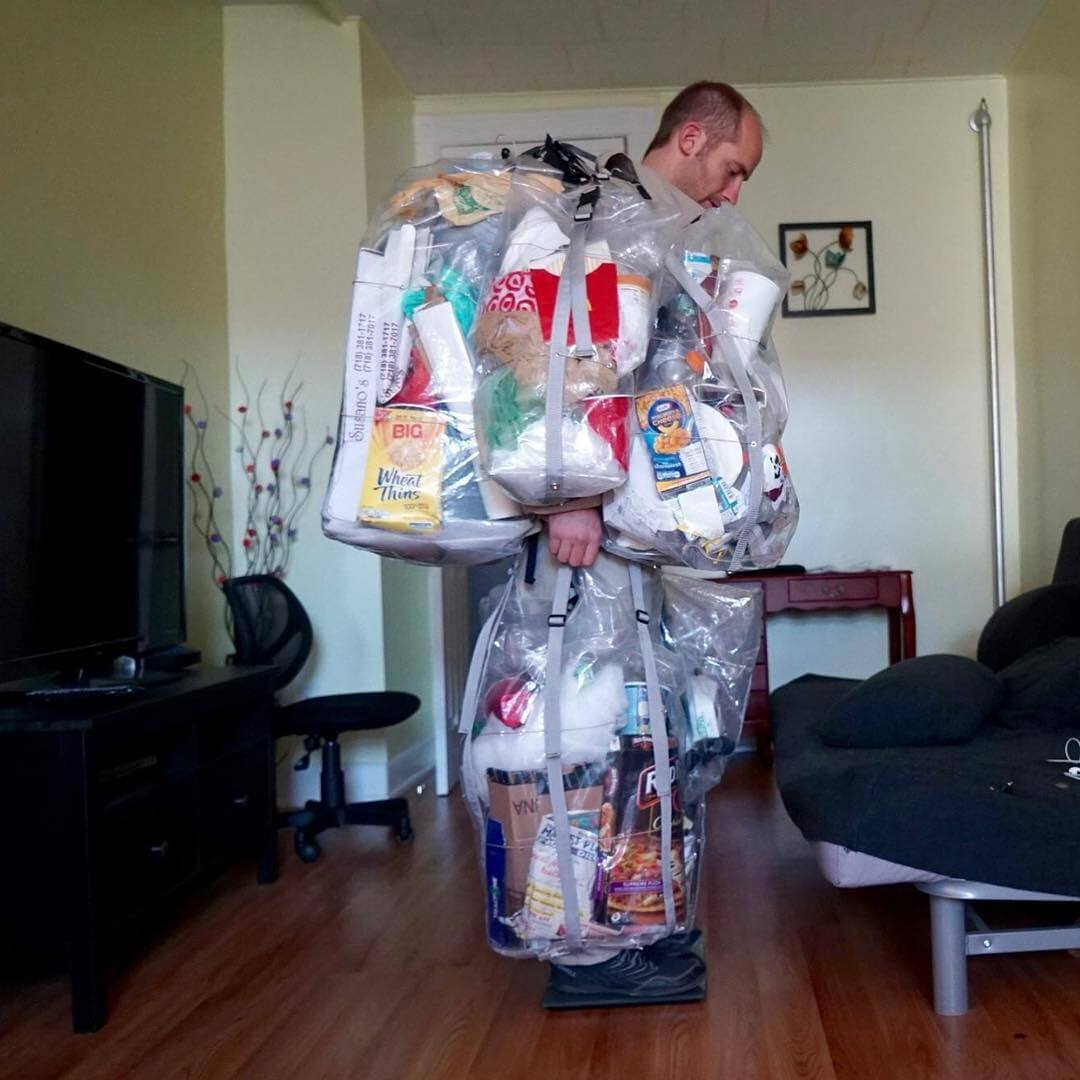 Выкинь меня: эко-активист 30 дней носил на себе весь мусор
