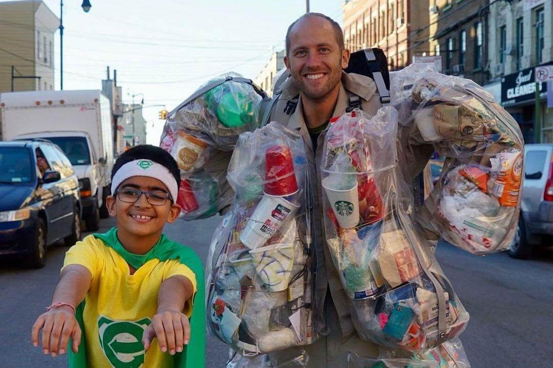 """«Выкинь меня»: эко-активист 30 дней носил на себе весь мусор - Интересные материалы. Музей МУсора """"МУ МУ"""""""