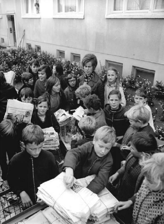 Пионеры собирают макулатуру. ГДР, 1980-е годы.