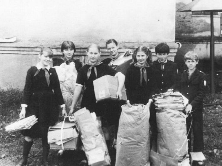 Пионеры собирают макулатуру. СССР, 1980-е годы.