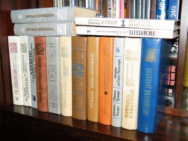 Некоторые книги, изданные в СССР в «макулатурной серии». За каждый том сдавалось по 20 кг бумажного утиля. На некоторых корешках видна ель на фоне книги - знак организации ВТОРМА (ВТОРичные МАтериалы).