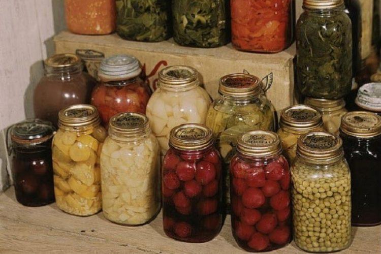 Повторное использование стеклянных банок для домашних заготовок, распространенное в СССР, практикуется и поныне.